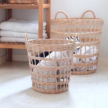 """カンボジアやベトナムの一部でしか採取されないという、貴重な素材""""ラペア""""で編んだバスケット。加工をしていないため、使い続けるうちに色に深みが増すのだそう。水洗いもOKなので、ランドリーバスケットにぴったりです。"""
