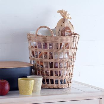高さがあるバスケットは、バゲットなどの細長い食材もすっきり収まります。キッチンが明るくナチュラルに見えますね。
