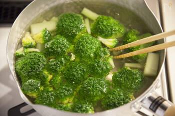 水溶性ビタミンは水に溶けてしまうため、下茹でするとビタミンの多くがゆで汁に溶けてしまいます。スープなどの具材として茹でて、そのゆで汁もスープとして飲むのであれば、ビタミンを摂ることができます。  でも、下茹でしてからゆで汁を捨ててしまう場合は、茹でるのではなく電子レンジで加熱したり、蒸したりするのが、おすすめ。水溶性ビタミンを捨てることなく摂ることができますよ。
