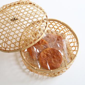 こちらは日本橋の竹製品ブランド【公長齋小菅(こうちょうさいこすが)】の「六つ目かご」。規則正しい六角形の網目が、絶妙な透け感を作り出しています。
