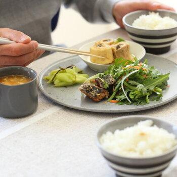食物繊維があり、ヘルシーで、ビタミンなどの栄養素が多い・・・という、健康を叶えるうえで欠かせない「野菜」。毎日の食卓で、なにかしら登場しますよね。  その食べ方ですが、野菜のビタミンを、自分の体がしっかり吸収できる調理法を意識して、料理を作れていますか?  最近は夏バテなどが多く、食生活を見直したいタイミングです。そこで今回は、「野菜に含むビタミン」の特徴・効率よく摂取する方法・おすすめレシピをご紹介します。