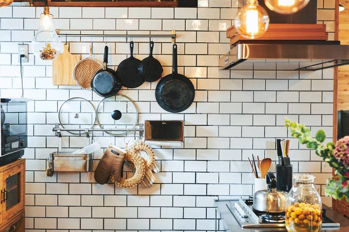 """お二人で一枚一枚貼ったキッチンのタイル。「今も製作中」だというお宅は、自分たちの手で作り上げた""""夫婦の思い出の品""""そのもの"""