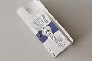 セットの針は、針穴の大きさが異なり、糸が通しにくい小さな針穴もあるので、糸通しもセットされていてとっても便利。