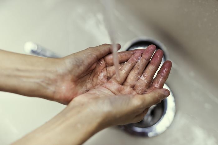 しっかり洗い流したつもりでも、意外と洗顔料は残っているもの。特に額の生え際やフェイスラインなどにニキビができやすい人は、洗顔料をしっかり流しきれていない可能性があります。30回以上丁寧にすすいで、洗い残しを防ぎましょう。