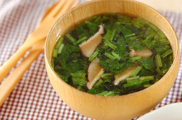 ほうれん草のアクの成分は水に溶けるので、ほうれん草を幅1cmに切って、まるっと中華スープに。ビタミンCをスープでいただきましょう。  ちなみに、ホウレン草のおひたしなど、「あく抜きのために下茹でをするだけ」という場合は、細かく切らずに、長いままほうれん草を茹でましょう。野菜の断面からビタミンが茹で汁に流れ出るのを防ぐことができます。