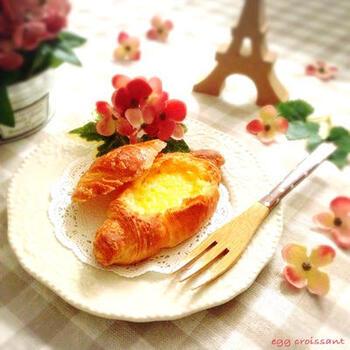 ミニクロワッサンの上部をカットし、中身を押さえてくぼみを作ります。そこに卵液を注ぎオーブンで焼けば、リッチな味わいのキッシュ風クロワッサンのできあがり。
