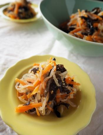よく中華料理で、油の炒め物で見かけるキクラゲ。脂溶性のビタミンDを含み、実はとても理に適っている調理方法なんですね。  ご紹介したいのは、共に脂溶性ビタミンのである、キクラゲのビタミンDと人参のビタミンA(β-カロテン)をいただける、ごま油であえて作るナムル。  はるさめも加わり、つるつるっと食べやすい箸休めになりますよ。
