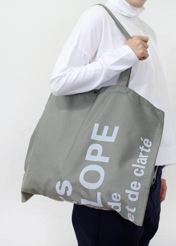 トートバッグは手提げだけではなく肩掛けもできるので、重い荷物を持ち運ぶ時に便利です。丈夫な素材でできたものが多いので、日常のお買い物はもちろんのこと、旅行やアウトドアシーンにも活躍してくれます。