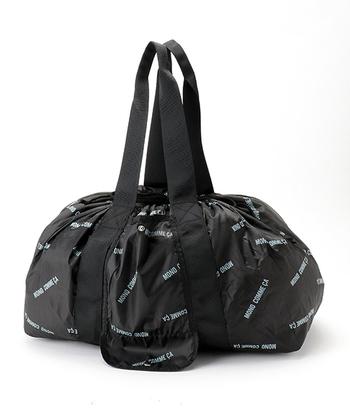 全体に散りばめられたロゴデザインがおしゃれな「MONO COMME CA」のレジカゴ型バッグ。そのままでトートバッグとしても、開口部を絞って巾着バッグのようにも使用できます。荷物に合わせて形状を変えられるので、様々なシーンに活躍してくれますよ◎。