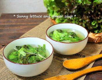 レタスは煮込まなくても、すぐにしんなりとするので時短食材としても活躍。  最初に生姜や調味料のスープを煮立たせたら、最後にレタスを入れてさっと火を通したら完成です。