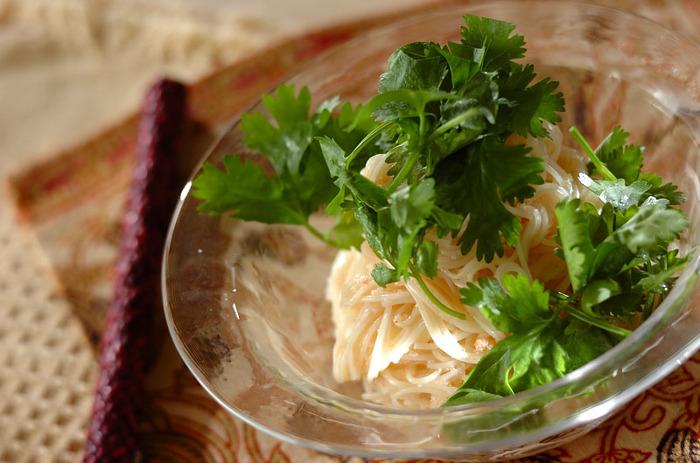 素麺と言えば和食のイメージが強いと思いますが、こちらのレシピではなんとエスニック料理にアレンジ!明太子にナンプラー、レモン汁、ゴマ油、パクチーを使い、豊かな風味とさっぱりとした後味が楽しめます。まるでベトナムの郷土料理・フォーを食べているような気分になるかも…?
