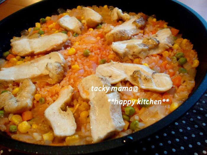 トマトジュースを使ったパエリアのレシピです。ミックスベジタブルを使っているので、冷凍庫にストックしておけばいつでも作れますね。お米は生のまま炒めることで食感よく仕上がります。