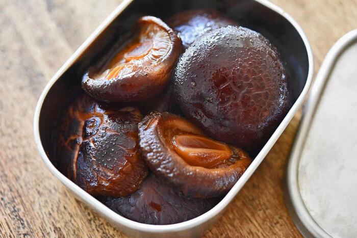 干し椎茸といえば煮物が定番ですね。こちらはシンプルな味付けなので、そのまま食べるのはもちろん、お寿司の具などにアレンジすることもできます。前日からしっかり水に戻しておくのがおいしさの秘訣。