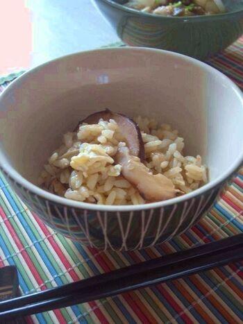 干し椎茸を使った炊き込みご飯のレシピです。戻し汁を使うので椎茸の旨みをお米がしっかり吸ってくれます。カマンベールチーズが入ってクセになる味わいに。