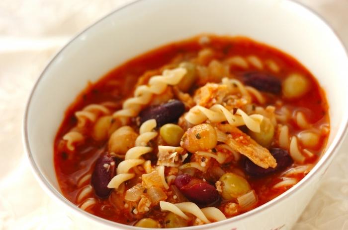 鮭やミックスビーンズなど缶詰の具材とトマトジュースで作る具だくさんスープです。マカロニが入っているので食べ応えも抜群。朝食にも良さそうですね。野菜を買わなくても栄養豊富なスープが作れます。