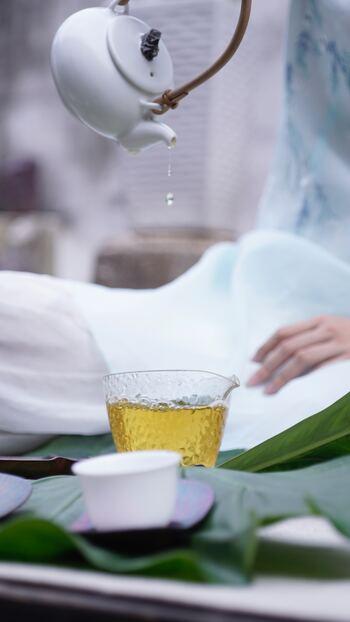 お茶にもカフェインが入っているものが意外と多いので要注意。水分補給をする時は、お水や麦茶、ハーブティなどノンカフェインのものを摂るように心がけましょう。