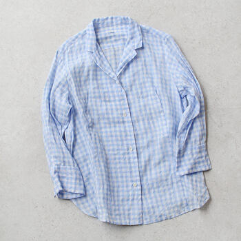 春夏カラーの『青』ですが、秋冬にはセーターやベストとのレイヤードスタイルなど、アレンジして着こなすのがおすすめ。重ね着が気になるときには、半袖のシャツを取り入れてみましょう。