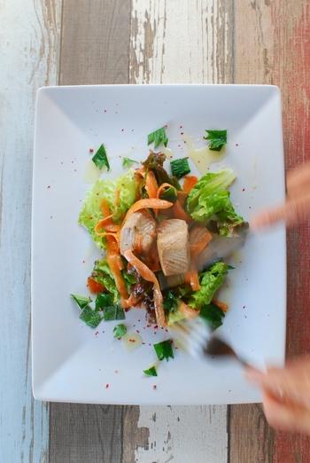 サラダに魚や肉を合わせれば、華やかなメインディッシュのような食べごたえ。  周囲が白くなる程度にお湯に通した鰹は、中との食感の違いが楽しめ、高級感も出ます。 レタスやにんじんと一緒にマリネにすることで、味がしっとりと染み込んで絶品。