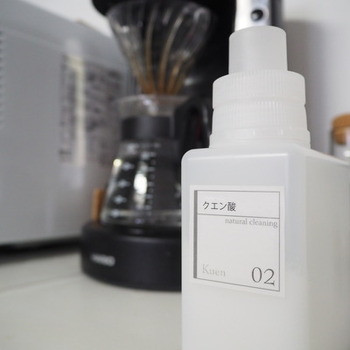 電気ケトルややかん、ポットなどの内部の白い汚れはカルキ。カルキはアルカリ性なので、酸性のクエン酸を使ってきれいになるものが多いようです。お湯を沸かして(ポットの場合は熱湯を入れて)クエン酸を入れて、しばらく浸け置きます。浸け置きの時間は2時間~半日程度がよいでしょう。浸け終わったら、お水でよくすすいでくださいね。