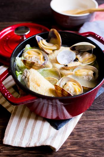 あさりと鶏手羽の濃厚なだしが楽しめる贅沢スープ。煮込まれたキャベツも甘くて柔らか。特別なディナーにも登場させたい上質なスープです。