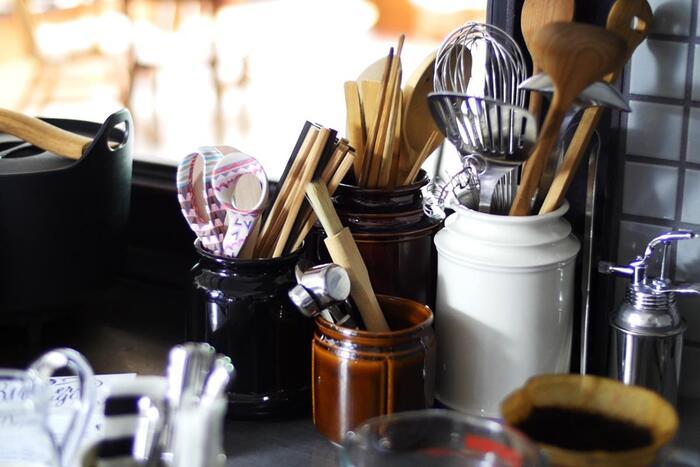 料理や食べることが好きな人に喜ばれそうなのが、こちらのキャニスター。口が窄まり、安定するのでカトラリーや箸、ターナーやレードルなど様々なものが入れやすいのがポイント。キッチンにひとつあると重宝しそうです。