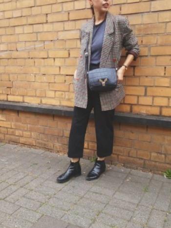 きれいめ30代ファッションには、革小物などの上質アイテムが欠かせません。自分へのごほうびに、1つは本物を身に着けたいですね。