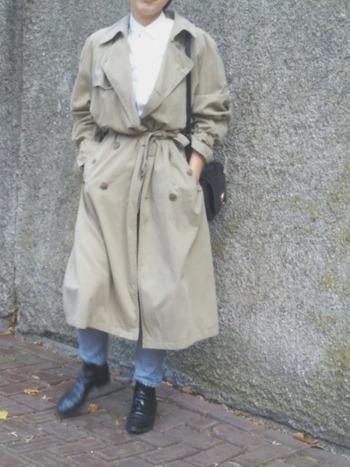 秋のきれいめ30代ファッションにもトレンチは大活躍。シャツにはデニムを合わせて、程よくカジュアルダウンして。