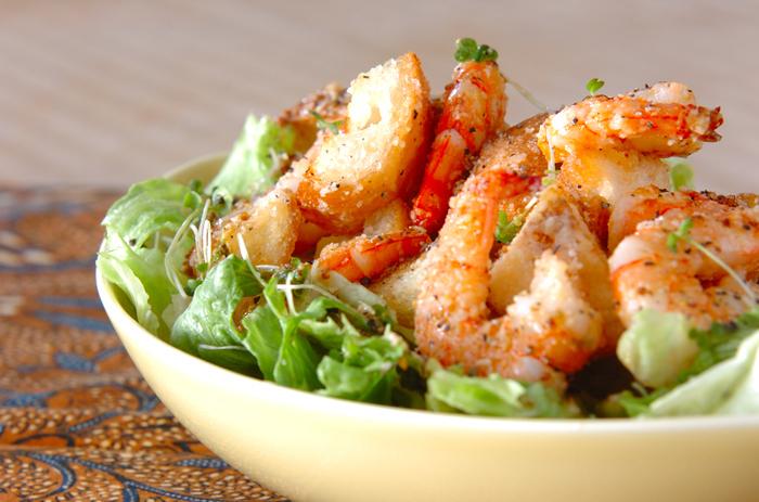 ぷりぷり海老とカリカリバゲットを組み合わせた、味も食感も抜群なごちそうサラダ。ワインのおともにも合いそうですね。ディナーにもぴったり。
