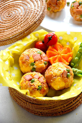 卵やスパムをまあるくまとめた可愛いオムライスおにぎり。彩りもよく、人気メニューをより食べやすく。ピクニックにもおすすめです。