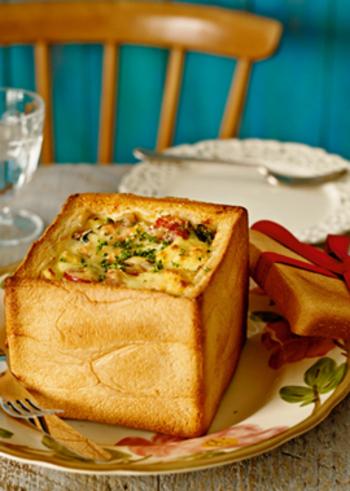 一斤まるごと使ったごちそうパンメニューはいかがでしょうか?食パンの中をくり抜き、2㎝角程度にきっておきます。そして、スモークサーモンやほうれん草などさまざまな具材と中身のパンを詰め、卵液を注いでオーブンで焼きいたらできあがり。