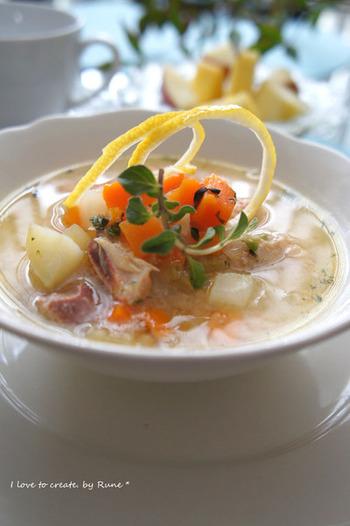 鶏1羽を使った、とても贅沢なギリシャのスープ。割りほぐした卵にレモン汁を加え、煮込んだ鶏の鍋に入れます。上品な酸味と鶏のうまみ、ちょっと体験してみたい味ですね。