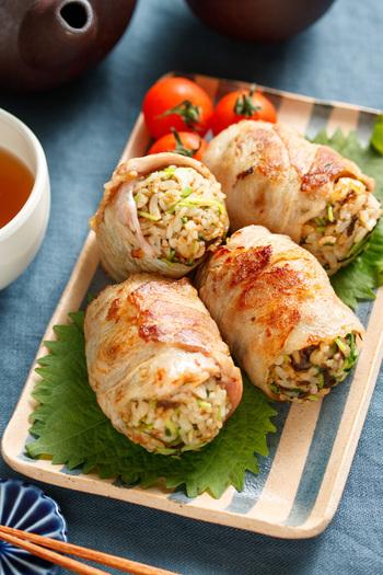 ゆでた豆苗や塩昆布、かつおぶしなどをご飯に混ぜ、おにぎりに。タレをぬった豚バラ肉でそれを巻き、焼きます。これひとつで、栄養のバランスも抜群。食べ応えも十分です。