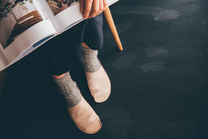 家でスリッパを履く人はもちろん、履かない人にも喜ばれそうなのが「トートーニー」のレザースリッパ。牛革の一枚革を一辺だけ縫製してできたスリッパは、履くほどに足に馴染んで気持ちよい。足が冷えがちな女性へのプレゼントにもおすすめです。