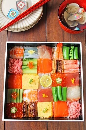 多彩な具を色とりどりに並べたモザイク寿司。あまりの美しさに、食べるのがもったいない気もしますね。工夫しながら並べるのも楽しそう。色のコントラストがはっきりした具材を隣り合わせるのがきれいに見せるコツのようです。