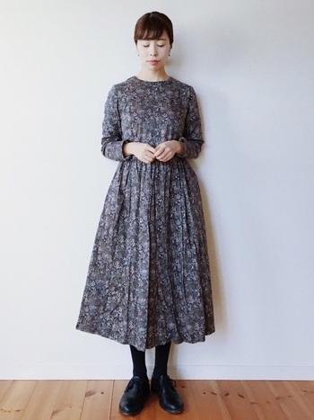 花柄ワンピースは、モノトーンを選ぶことで大人っぽく着こなせます。かわいい系30代ファッションなら、足元はヒールよりも上質なローファーがおすすめです。