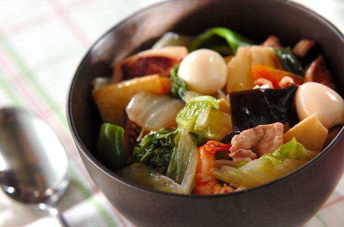 魚介・肉・野菜・うずら卵…とにかく具が豊富でうれしくなってしまう中華丼。ぷりぷり・シャキシャキ・ほくほく、食感もいろいろでメリハリがあります。もちろん、栄養も満点で元気になれそう。