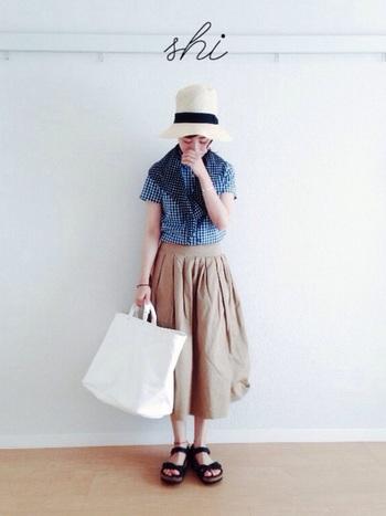 肌面積が増えてカジュアルになりがちな夏こそ、おすましさんな大人かわいいコーデを目指しましょう。一番上まできっちりとめたシャツとひざ下丈スカートで上品な印象に。