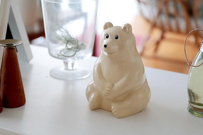 愛らしいしろくまの貯金箱は、フィンランドにある銀行のノベルティグッズ。時季によってはマフラーを巻いている限定版もあります。動物好きの女性へのプレゼントに。