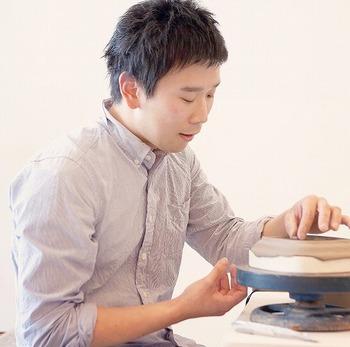 阿部慎太朗さんは、1985年生まれで、香川県ご出身。大学在学中に入った陶芸サークルをきっかけに、陶芸の世界に足を踏み入れます。その後、釉薬の研究にとりわけ関心を持った阿部さんは茨城県工業技術センターに進み、2013年に修了。同年笠間市恒例の陶器市「笠間の陶炎祭」の新人作家によるコーナーに初出店し、瞬く間に評判となります。