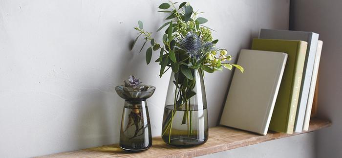 花のある暮らし・植物のある暮らしへの憧れを叶えるのがこちらのフラワーベース。受け皿を使えば根が成長する様子を見られる水耕栽培、受け皿を取ればそのまま花を生けられます。