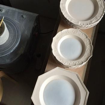そのため、器の出来栄えは、ほとんどが石膏型で決まるのだそう。模様の美しさ、味わい深い釉薬の濃淡も、彫刻刀による丁寧な手仕事ならではのもの。