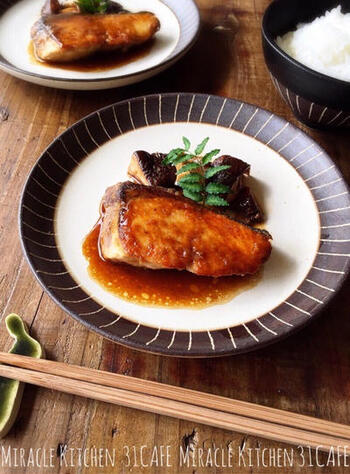 バターと醤油のコクでご飯が進む、ちょっぴり洋風な照り焼きレシピです。フライパンで手軽に作れるのが嬉しいですね。魚が苦手でもぜひ試してみて♪