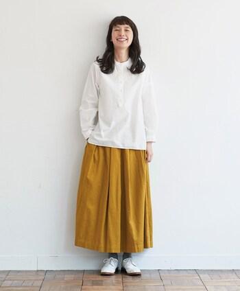 """辛子色は秋になると身に着けたくなる色のひとつ。意外と合わせる色を選ばない、着回しやすいカラーではないでしょうか。 深いタックをとり、一見ロングスカートのように見える「キュロパン」は厚みのある綿麻ツイル生地を使い、ほどよいボリューム感が心地よい気分にさせてくれます。少し深みのある""""和辛子""""のような発色もポイント。"""