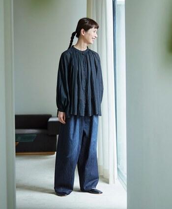 身頃全体にたっぷりとギャザーが入った「渾身のギャザーブラウス」シリーズの新作は、国産テキスタイルブランド『シャトルノーツ』の生地を惜しげもなく使った贅沢な一着。高級なギザコットンで紡いだ糸を甘く織り上げたブラックウォッチ生地は、秋らしく落ち着いた雰囲気です。 ギャザーが作り出すドレープが独特の存在感を放っているので、シンプルに一枚で着るだけで十分おしゃれな着こなしに。
