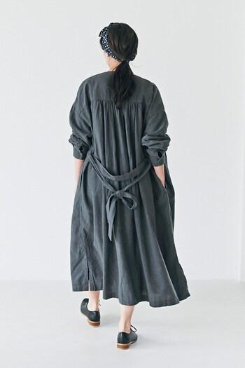 ヨークにギャザーを入れたバックスタイルも見逃せません。ラフに羽織るだけでも、可憐で女性らしい後ろ姿に。