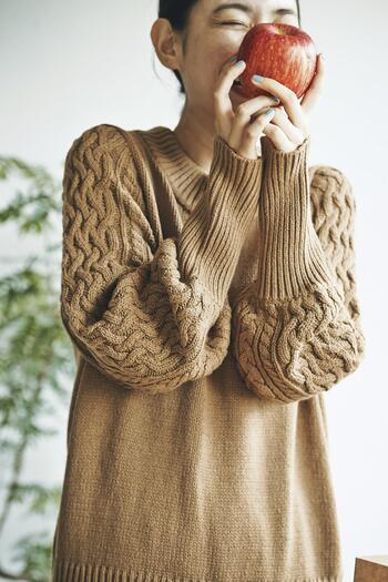 秋口から着られる綿アクリルのニットは、シンプルな身頃と袖に編まれたアラン模様の組み合わせが抜群のかわいさ。袖口の長めのリブとボリューム感で、パフスリーブのようになるシルエットもポイントです。 秋は一枚で、そして冬はコートのインナーとして長い期間着るニットは、コーデの主役になるデザイン性の高いものを持っていると重宝します。