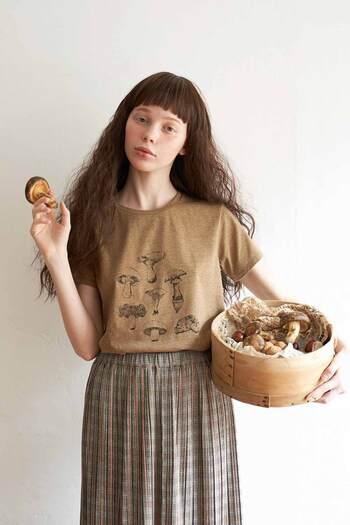 杢ブラウンが秋らしい色味のプリントTシャツに描かれているのは、いろいろな種類のきのこたち。スケッチのような繊細なタッチの線画なので、子どもっぽくなり過ぎず意外と大人っぽい印象です。 プリントがフロントにあるので、カーディガンやジャケットなどから覗かせて、さりげないアクセントに。プチプラも嬉しい!