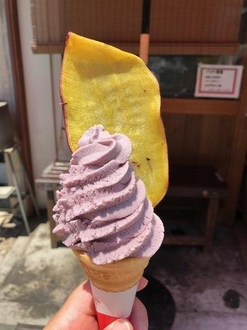 「おさつチップ付きソフトクリーム」なら、ソフトクリームとおさつチップ両方を味わえます。甘じょっぱいおさつチップに紫芋ソフトクリームのやさしい甘さがたまりません。