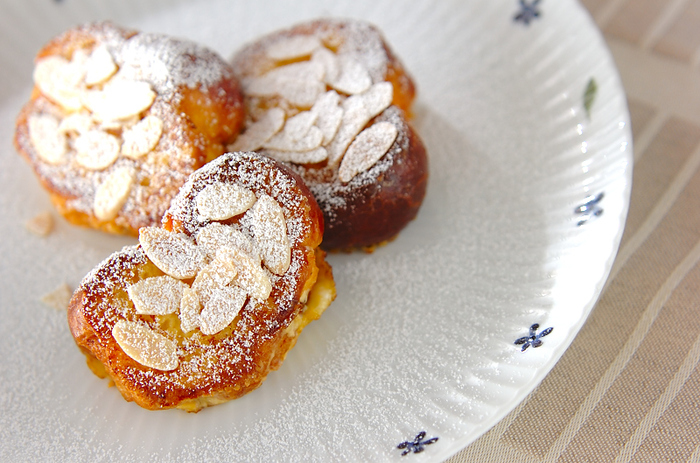 フランスではフレンチトーストは「パン・ペルデュ=失われたパン」と呼ばれています。カチカチになってしまったパンをフレンチトーストにして再度ふんわりジューシーに蘇らせる、という意味があるそうです。こちらはあえてブリオッシュをフレンチトーストにしている、リッチなバージョンです。