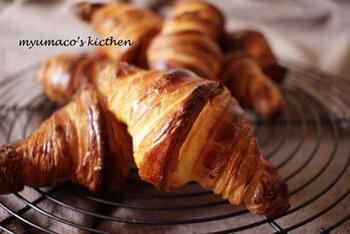 パリのカフェやパン屋さんで出てくる焼きたてでサクサクジューシーなクロワッサンを、家で作ってみましょう!
